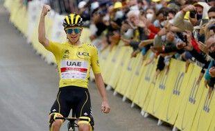 Le Slovène Tadej Pogacar de l'équipe UAE Emirates, portant le maillot jaune de leader du classement général, célèbre sa victoire sur la ligne d'arrivée lors de la 18e étape du Tour de France cycliste, le 15 juillet 2021 .