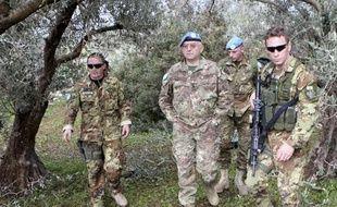 Le commandant en chef des Casques bleus au Liban, le général Graziano (au centre) inspecte l'endroit d'où sont parties des roquettes Katyoucha visant Israël, le 8 janvier 2009.