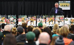 Kevin Garinger, le président de l'équipe de hockey des Broncos de Humboldt, lors de l'hommage aux victimes de l'accident de bus, le 8 avril 2018, à Humboldt au Canada.