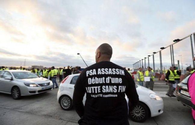 Deux cents salariés de l'usine PSA d'Aulnay-sous-Bois (Seine-Saint-Denis), selon la gendarmerie, se sont installés au péage autoroutier de Senlis (Oise) vendredi à 7H30 et laissent passer gratuitement tous les véhicules pour protester contre la fermeture annoncée de leur usine, a constaté une journaliste de l'AFP.