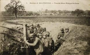 Carte postale montrant des soldats français dans une tranchée pendant la Première guerre mondiale