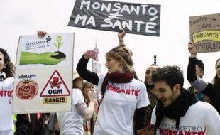 L'interdiction de cultiver en France le maïs transgénique MON810 produit par la firme Monsanto a été jugée excessive par le rapporteur public lors d'une audience vendredi devant le Conseil d'État, a-t-on appris auprès de l'Union nationale des apiculteurs français (Unaf).