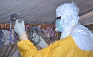 Un personnel soignant en combinaison de protection contre le virus Ebola, le 8 décembre 2014.