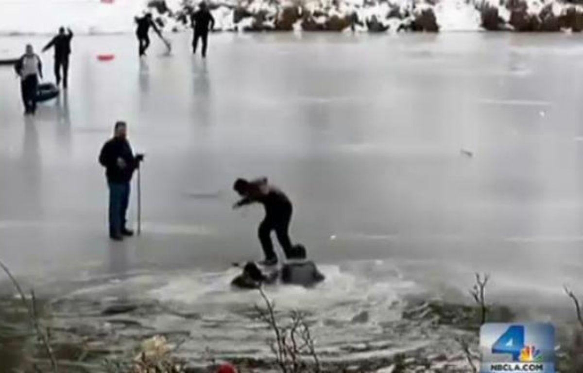 Des paineurs tombent à l'eau le 25/12/2012 sur le lac partiellement gelé  Jackson Lake à Wrightwood au nord de San Francisco(Californie). – Capture d'écran NBC