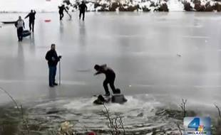 Des paineurs tombent à l'eau le 25/12/2012 sur le lac partiellement gelé  Jackson Lake à Wrightwood au nord de San Francisco(Californie).