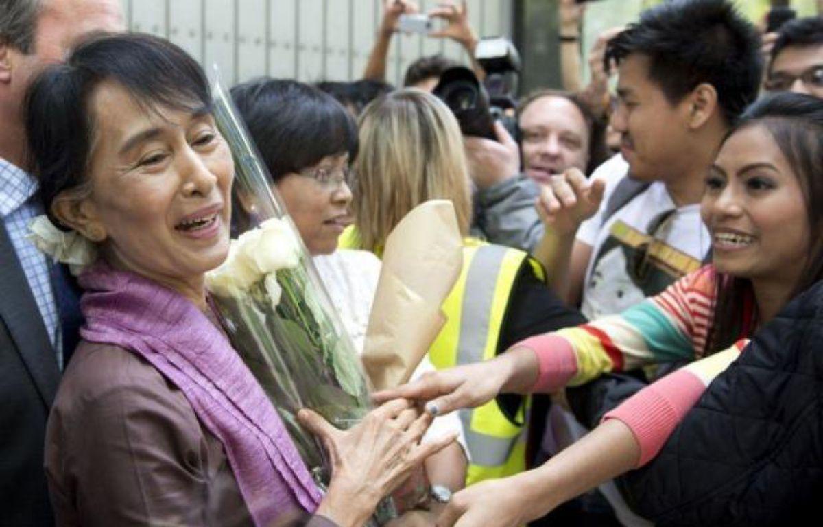 """L'opposante birmane Aung San Suu Kyi arrive mardi à Paris, dernière étape d'une tournée européenne triomphale au cours de laquelle la """"Dame de Rangoun"""" sera reçue par le président François Hollande et célébrée pendant trois jours à l'égal d'un chef d'Etat. – Miguel Medina afp.com"""