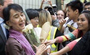 """L'opposante birmane Aung San Suu Kyi arrive mardi à Paris, dernière étape d'une tournée européenne triomphale au cours de laquelle la """"Dame de Rangoun"""" sera reçue par le président François Hollande et célébrée pendant trois jours à l'égal d'un chef d'Etat."""