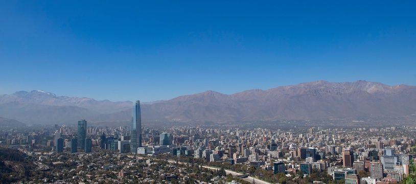 Une vue aérienne de la ville de Santiago pendant le confinement et sans le nuage de pollution habituel.