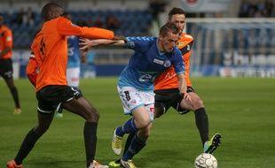Dimitri Liénard dans la nasse colmarienne lors du derby perdu (1-2) à la Meinau, le 11 avril 2014.
