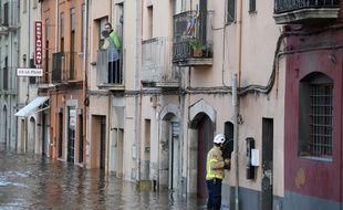 Un pompier dans les rues inondées de Sarra de Ter, en Espagne, le 23 janvier 2020.