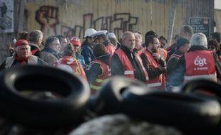 Des grèvistes bloquent l'accès à la raffinerie Total le 27 mai 2016 à Donges