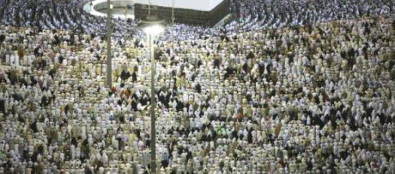 Rassemblement des musulmans autour de la Kaaba dans la grande mosquée de la Mecque lors du pélerinage annuel, Arabie Saoudite, le 13 décembre 2007.