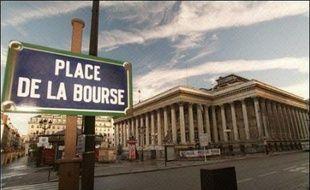 La Bourse de Paris accentuait très nettement sa baisse mardi en fin de matinée, le CAC 40 lâchant 2,75% vers 9H40 GMT pour se rapprocher de la barre des 4.300 points, dans un mouvement de vente massive auquel seul France Télécom échappait.