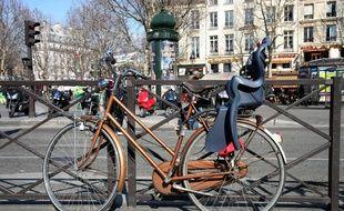 Illustration d'un vélo, place de la Bastille à Paris, le février 2010.