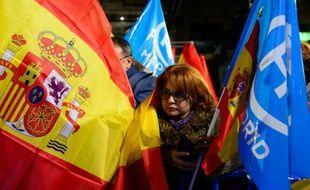 Une sympathisante du Parti populaire (droite) du Premier ministre conservateur Mariano Rajoy, le 20 décembre 2015 à Madrid