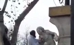Un homme attaque la statue Ain El Foura représentant une femme nue.