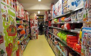 Un rayon de jouets dans un magasin La grande récré.