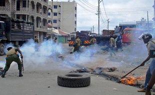 L'assassinat dans la nuit d'un prêcheur radical musulman a déclenché vendredi de violentes émeutes à Mombasa, deuxième ville - très majoritairement musulmane - du Kenya, où quatre personnes ont été tuées, dont une par balle, et une église incendiée.