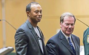 Tiger Woods aux côtés de son avocat, Douglas Duncan, lors de son procès pour conduite dangereuse, le 27 octobre 2017 en Floride.