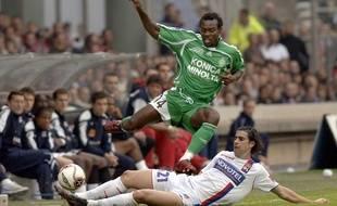 Pascal Feindouno échappe au tacle du Lyonnais Tiago lors d'un derby en octobre 2006.