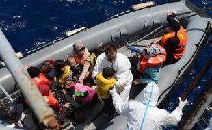 Photo prise et fournie par la Marine Nationale le 20 mai 2015 montre des migrants secourus en Méditerrannée