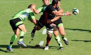 Le joueur de Toulouse Byron Kelleher, ceinturé par ceux de Montauban lors de la 5e journée du Top14, le samedi 20 septembre 2008.