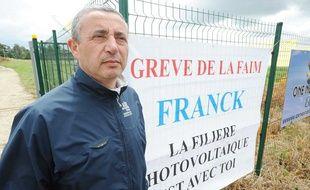 Franck Le Borgne fait la grève de la faim pour défendre la filière photovoltaïque, le 19 juillet 2011 à Saint Allouestre, en Bretagne.