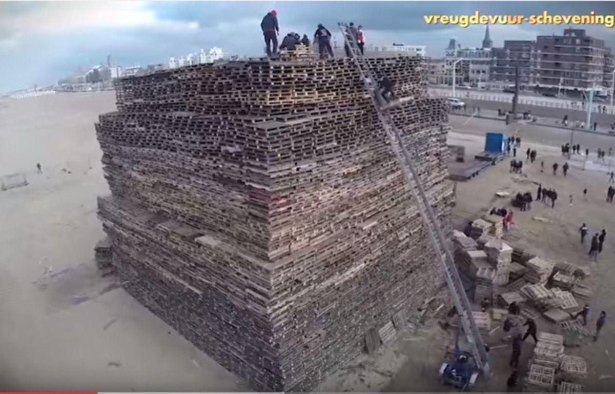 30.000 palettes ont ainsi été empilées pour former une tour de 4 500 m3 et de 25 mètres de haut. – Capture d'écran / Youtube