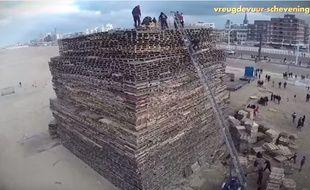 30.000 palettes ont ainsi été empilées pour former une tour de 4 500 m3 et de 25 mètres de haut.