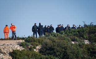 Des secours sur le lieu du crash d'un hélicoptère de la Sécurité civile, dimanche près de Marseille.