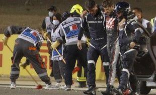 Romain Grosjean, après son grave accident au Grand Prix du Barheïn. (Photo by HAMAD I MOHAMMED / POOL / AFP)
