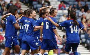 L'équipe de France célèbre le deuxième butinscrit par Wendy Renard face à la Suède, en quart de finale des Jeux olympiques, à Glasgow, le 3 août 2012.