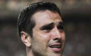 Paris St Germain's Pedro Miguel Pauleta reacts at the end of his last French Ligue 1 soccer match, played between their team and Saint-Etienne, at Parc des Princes stadium in Paris May 10, 2008. REUTERS/Gonzalo Fuentes (FRANCE)