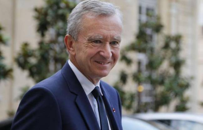"""Bernard Arnault, patron du groupe de luxe LVMH, a décidé lundi de porter plainte contre le journal Libération pour """"injures publiques proférées à son égard"""", après la Une choc du quotidien -""""Casse-toi riche con!""""- fustigeant sa demande de naturalisation belge."""