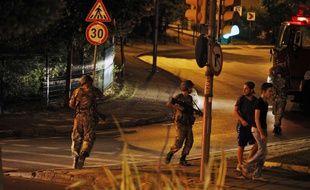 Des soldats turcs sur la rive asiatique d'Istanbul pendant une tentative de coup d'Etat en Turquie, le 15 juillet 2016.