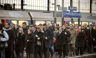 """Le ministre du Travail Xavier Bertrand a estimé dimanche sur France Inter qu'""""il n'y a pas besoin d'avoir une nouvelle journée de grève"""" à la SNCF et la RATP pour que les salariés et les syndicats se fassent """"comprendre"""" et """"entendre"""" dans le dossier des régimes spéciaux."""