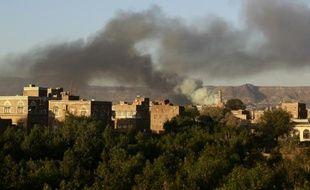 De la fumée au-dessus d'un dépôt d'armes, cible des frappes aérienne de la coalition arabe, le 11 septembre 2015 à Sanaa