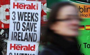 L'affichette d'un journal irlandais dans une rue de Dublin, le 19 novembre 2010.