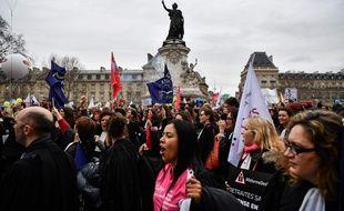 """Des manifestants ont répondu à l'appel à la grève de """"SOS Retraites"""" collectif mêlant des médecins, infirmières, pilotes, avocats libéraux qui marchent lundi 3 février 2020 à Paris contre la réforme des retraites."""