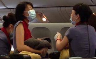 Sur les extraits filmés par les passagers, on voit les hôtesses de l'air prendre en charge le nouveau né avec émotion.