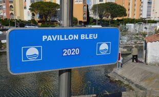 Un panneau indiquant que la commune est labellisée Pavillon bleu, à Carnon (Hérault)
