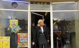 Marine Le Pen, candidate du Front National à l'élection Présidentielle 2017, à la sortie d'un café d'Hénin-Beaumont, le jour du premier tour
