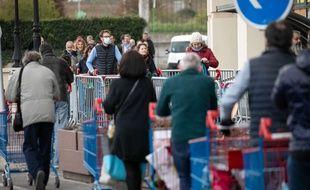 Une file d'attente devant un supermarché à Montesson (Yvelines), durant l'épidémie de coronavirus.