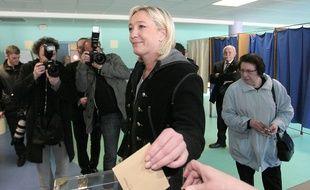 Marine Le Pen, présidente du FN, vote aux élections cantonales, le 20 mars 2011 à Hénin-Beaumont.