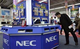 Le groupe japonais d'électronique, d'informatique et de systèmes de télécommunications NEC a annoncé vendredi un retour au bénéfice net lors du premier semestre de l'exercice en cours, grâce à une réduction des coûts et une hausse de ses ventes d'infrastructures pour le réseau LTE.