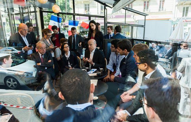 Alain Juppé, candidat à la primaire, avec ses soutiens au café à Paris le 2 juillet 2017.