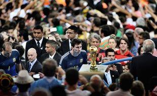 Lionel Messi regarde le trophée de la Coupe du monde, un cliché désigné photo de sport de l'année.