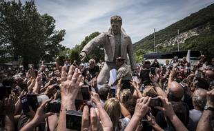 A Viviers, en Ardèche, une statue commémorative de Johnny Hallyday est loin d'avoir fait l'unanimité.
