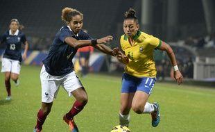 Laura Georges et ses coéquipières de l'équipe de France ont pris le dessus sur le Brésil (2-0) pour la première fois de leur histoire, le 26 novembre 2014, à Lyon.