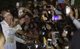 Le pape François salue la foule à Washington le 23 septembre 2015